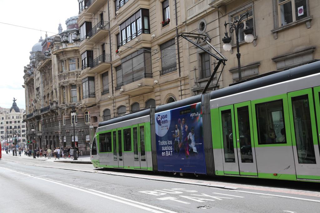 Campaña Basque Team en los tranvías